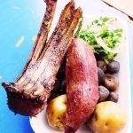 おいしいアンデスのペルー料理、 羊の Kancacho とアルパカの Chicharrón de alpaca
