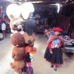 ペルー・クスコ聖なる谷チンチェーロの伝統的な織物のお土産屋さん Muray Away では、織物の染色方法を演説してくれる!