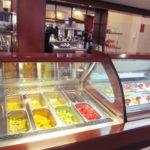 ペルー・クスコのとてもおしゃれなカフェで、おいしいデザート、アイスクリームやケーキが並ぶカフェ La Bondiet