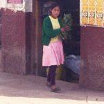 マッチ売りの少女ならぬペルー薬草売りの少女。貧しい子どもの現実