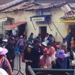 ペルーの路上の一般的な風景。違法販売は黙認され意味の無いイタチゴッコ