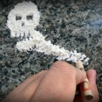 麻薬コカイン中毒のペルー人少年少女がいるジャングル地帯